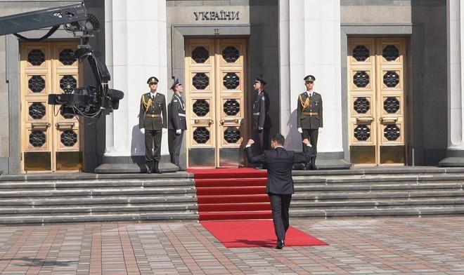 Từ chối ngồi xe hộ tống, tân Tổng thống Ukraine Zelensky chơi trội trong ngày nhậm chức? - Ảnh 2.