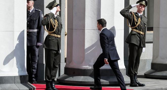 Từ chối ngồi xe hộ tống, tân Tổng thống Ukraine Zelensky chơi trội trong ngày nhậm chức? - Ảnh 3.