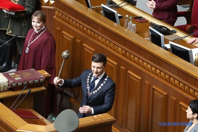 Từ chối ngồi xe hộ tống, tân Tổng thống Ukraine Zelensky chơi trội trong ngày nhậm chức? - Ảnh 6.