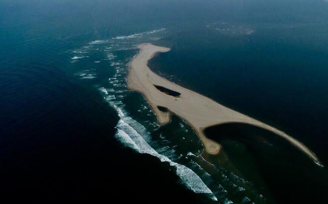 Hình thành các vịnh kín ở cồn cát khổng lồ nổi lên giữa biển Hội An