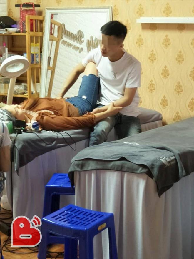 Bạn gái nằm trên bàn xăm môi, chàng trai có hành động trong 4 tiếng khiến ai cũng ghen tỵ - Ảnh 2.