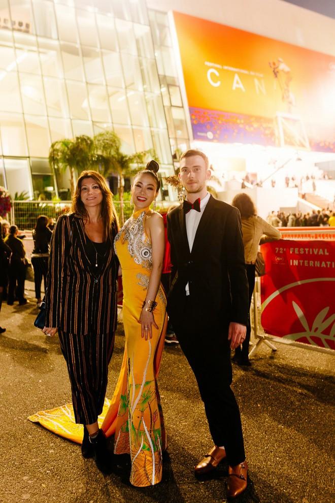 Hoa hậu Tuyết Nga khoe vai trần gợi cảm trên thảm đỏ Cannes - Ảnh 7.