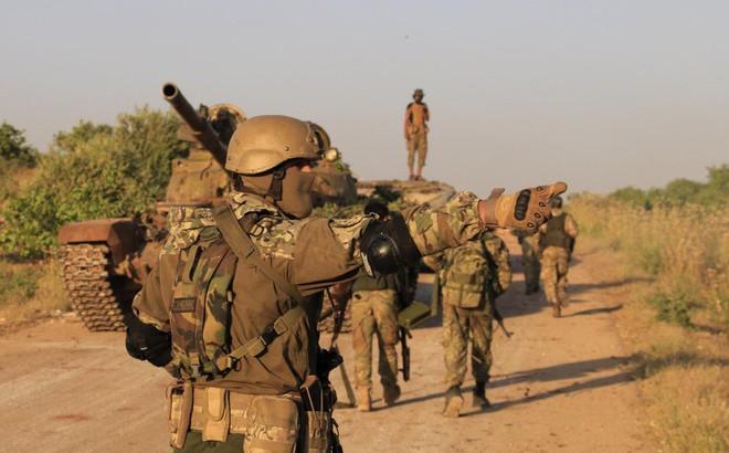 """Phiến quân Syria nguy cấp ở Hama: """"Siêu chiến binh"""" và vũ khí nhiệt áp cũng không cứu nổi"""