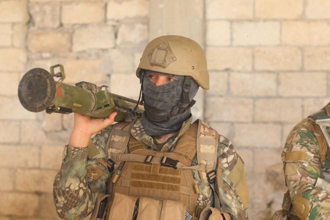 Phiến quân Syria nguy cấp ở Hama: Siêu chiến binh và vũ khí nhiệt áp cũng không cứu nổi - Ảnh 5.