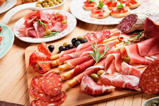 8 thực phẩm tiếp tay làm tăng huyết áp cao: Ai cần phòng chữa bệnh thì nên biết để tránh - Ảnh 2.