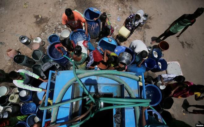 24h qua ảnh: Diêm dân làm việc trên đồng muối ở Việt Nam - Ảnh 6.