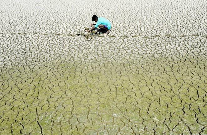 24h qua ảnh: Diêm dân làm việc trên đồng muối ở Việt Nam - Ảnh 4.