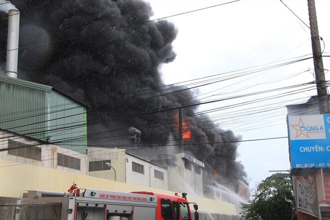Cháy nhà xưởng ở Bình Dương, khói bốc cao kèm tiếng nổ lớn - Ảnh 1.