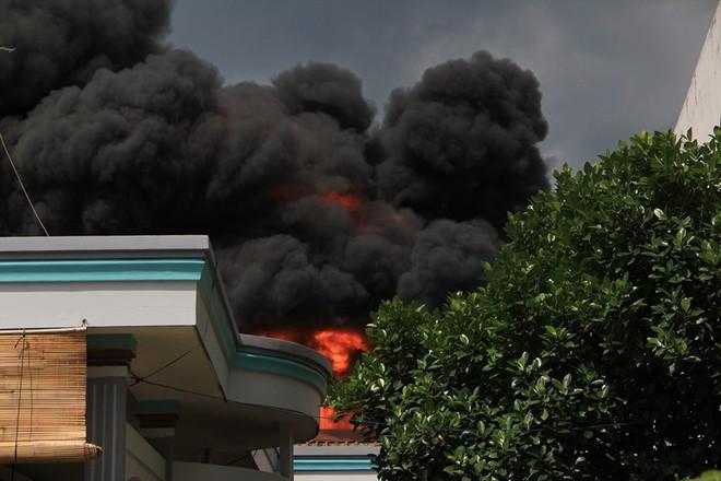 Cháy nhà xưởng ở Bình Dương, khói bốc cao kèm tiếng nổ lớn - Ảnh 3.
