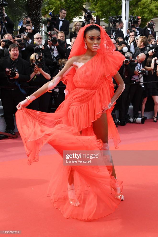 Thảm đỏ Cannes nóng lên từng phút: Brad Pitt - Leonardo lịch lãm ná thở, Chương Tử Di khoe vòng một giành spotlight - Ảnh 15.