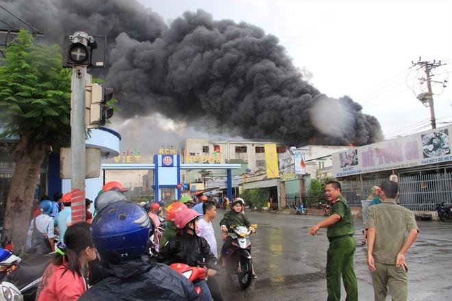 Cháy nhà xưởng ở Bình Dương, khói bốc cao kèm tiếng nổ lớn - Ảnh 4.