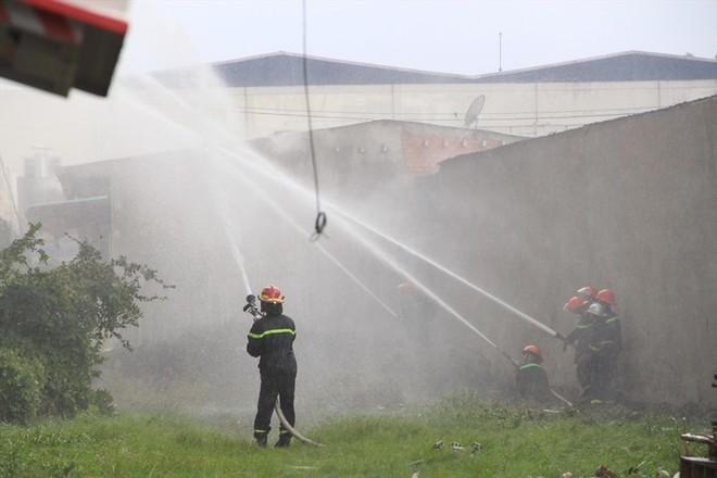 Cháy nhà xưởng ở Bình Dương, khói bốc cao kèm tiếng nổ lớn - Ảnh 5.