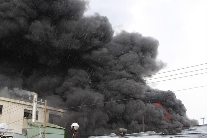 Cháy nhà xưởng ở Bình Dương, khói bốc cao kèm tiếng nổ lớn - Ảnh 6.
