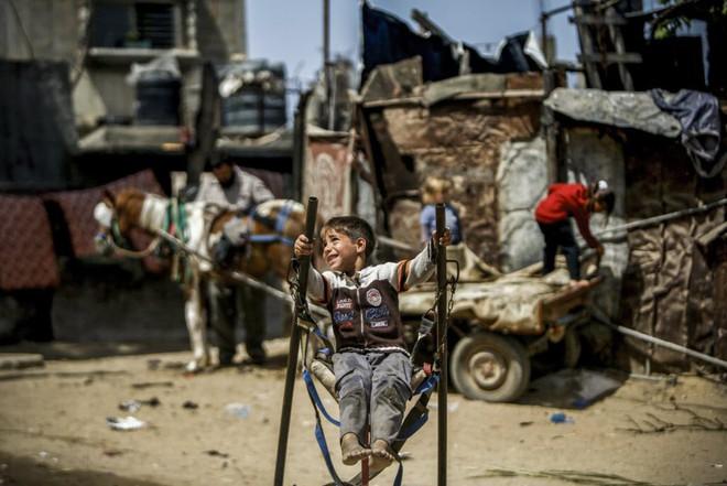 24h qua ảnh: Chiến binh quân nổi dậy Syria nã pháo vào quân chính phủ - Ảnh 9.
