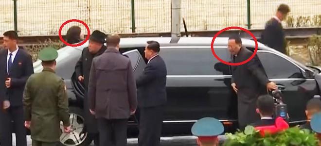 Ông Kim Jong Un bị bắt gặp hành động ưu ái chưa từng có với 2 quan chức Triều Tiên - Ảnh 1.