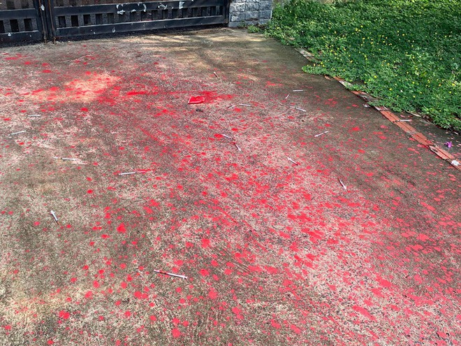 Cảnh ô tô bị vấy sơn đỏ, ngoài sân vương vãi ống kim tiêm gây xôn xao mạng xã hội - Ảnh 3.