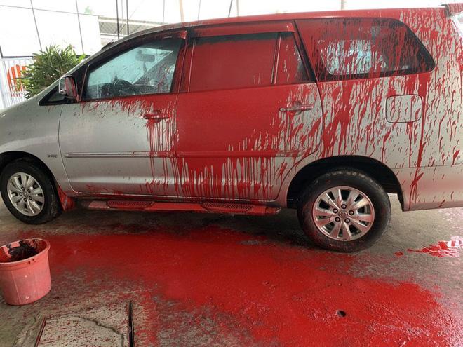 Cảnh ô tô bị vấy sơn đỏ, ngoài sân vương vãi ống kim tiêm gây xôn xao mạng xã hội - Ảnh 1.