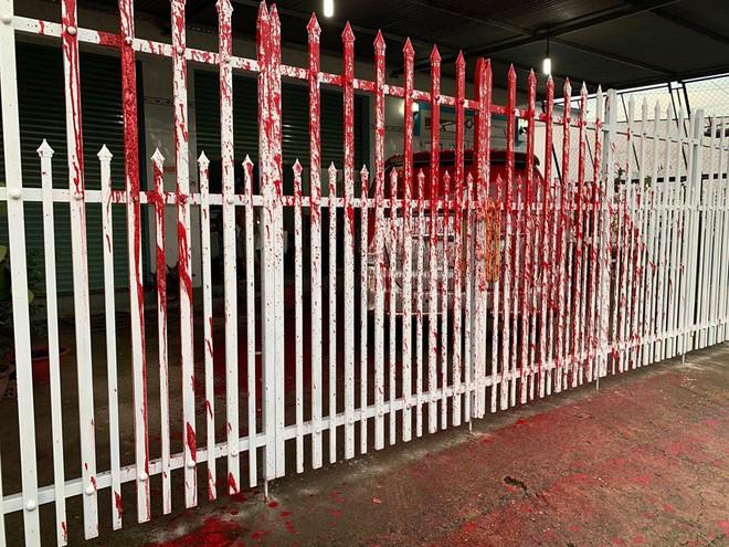 Cảnh ô tô bị vấy sơn đỏ, ngoài sân vương vãi ống kim tiêm gây xôn xao mạng xã hội - Ảnh 2.