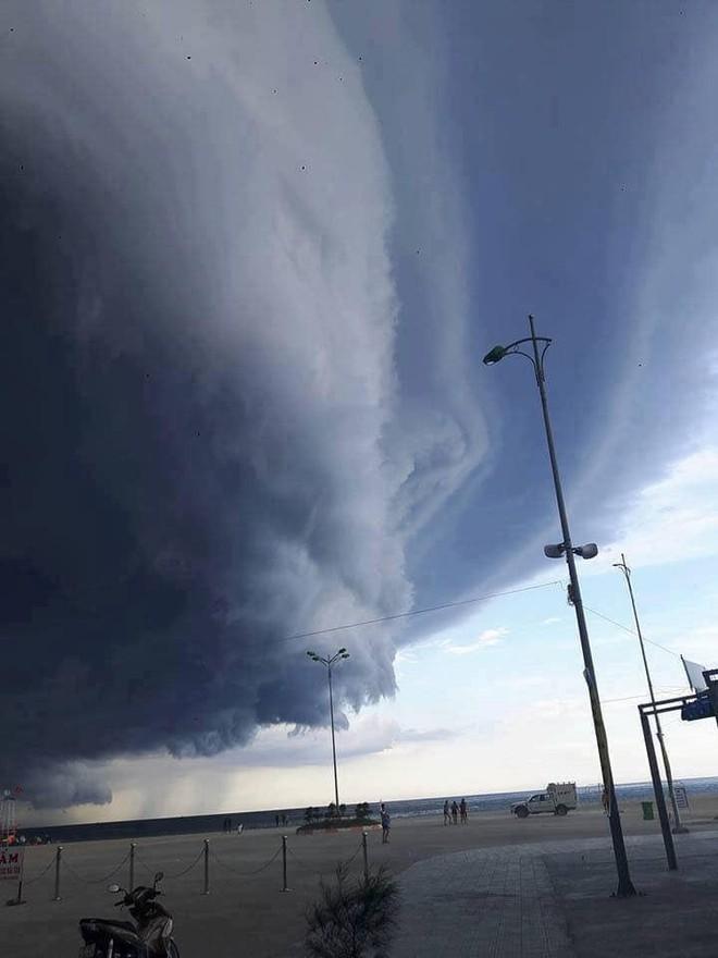 Sự thật đằng sau đám mây khổng lồ với hình thù kỳ lạ ở Huế đang khiến cộng đồng mạng sửng sốt - Ảnh 2.