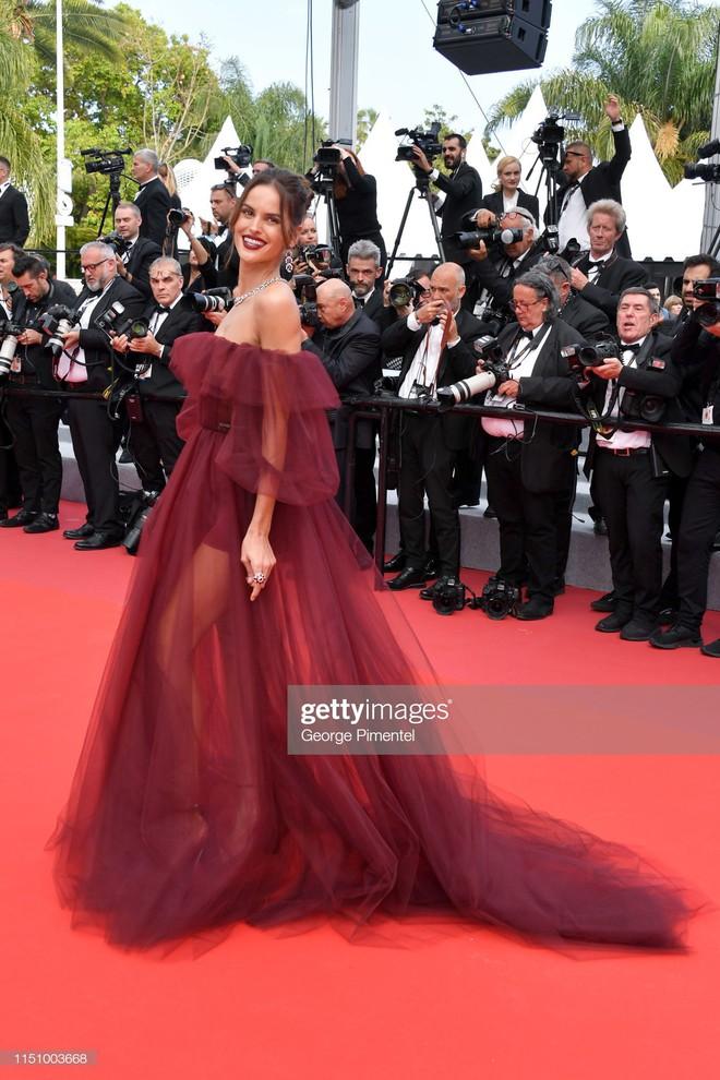 Cannes ngày 7: Mỹ nhân Ý khoe vòng 1 nhức mắt, dàn người mẫu Hollywood tung chiêu hết cỡ tại thảm đỏ - Ảnh 10.