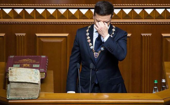 """Ông Zelensky liên tục bị """"tạt nước lạnh"""": Tân TT còn chưa """"ngồi ấm chỗ"""", dân Ukraine đã đòi đuổi"""
