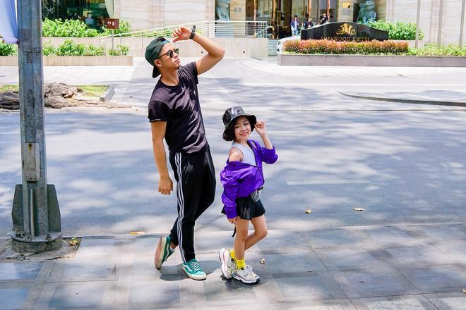 Trọng Hiếu được người mẫu nhí 8 tuổi dạy đi catwalk - Ảnh 3.