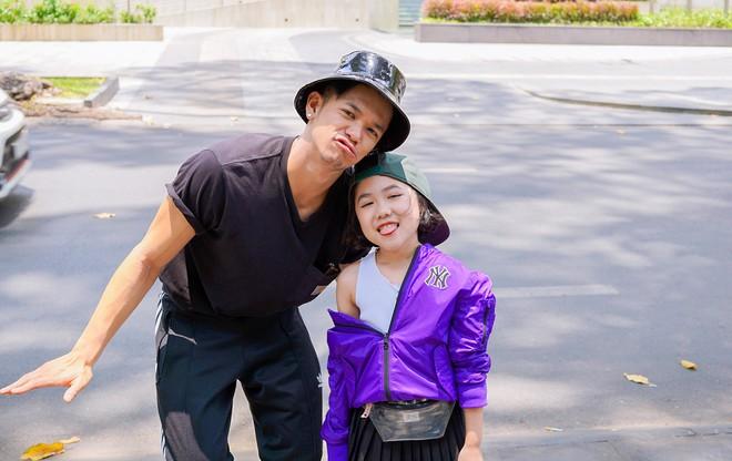 Trọng Hiếu được người mẫu nhí 8 tuổi dạy đi catwalk - Ảnh 2.