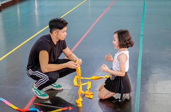 Trọng Hiếu được người mẫu nhí 8 tuổi dạy đi catwalk - Ảnh 4.