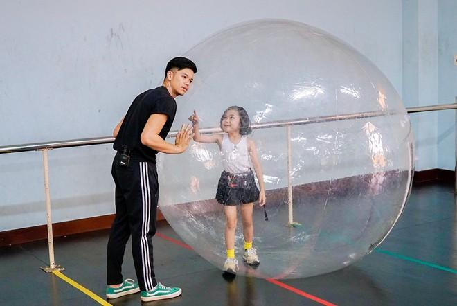 Trọng Hiếu được người mẫu nhí 8 tuổi dạy đi catwalk - Ảnh 5.