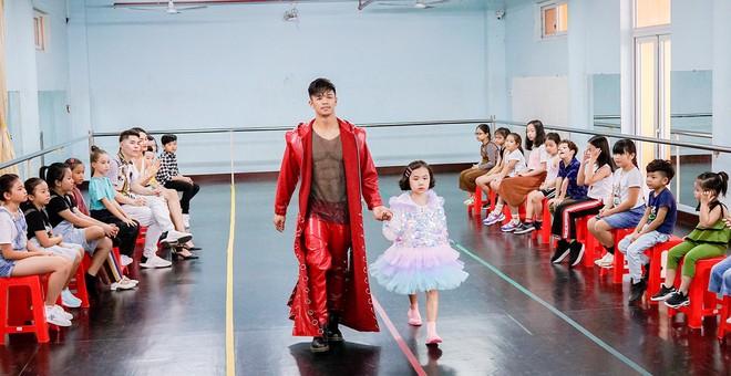 Trọng Hiếu được người mẫu nhí 8 tuổi dạy đi catwalk - Ảnh 8.