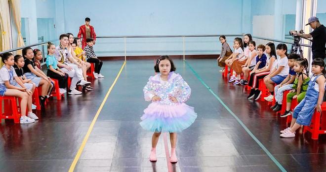 Trọng Hiếu được người mẫu nhí 8 tuổi dạy đi catwalk - Ảnh 6.
