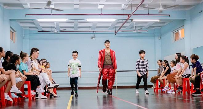 Trọng Hiếu được người mẫu nhí 8 tuổi dạy đi catwalk - Ảnh 7.