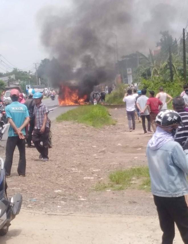 Ô tô 16 chỗ trên đường từ TP.HCM về Đà Lạt bốc cháy khi đang lưu thông, 1 người mắc kẹt tử vong - Ảnh 1.