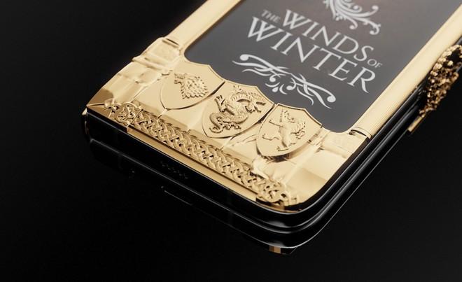 Chiêm ngưỡng Galaxy Fold dát vàng cho fan cuồng Game of Thrones: Vỏn vẹn 7 chiếc, đắt gần 200 triệu đồng - Ảnh 2.