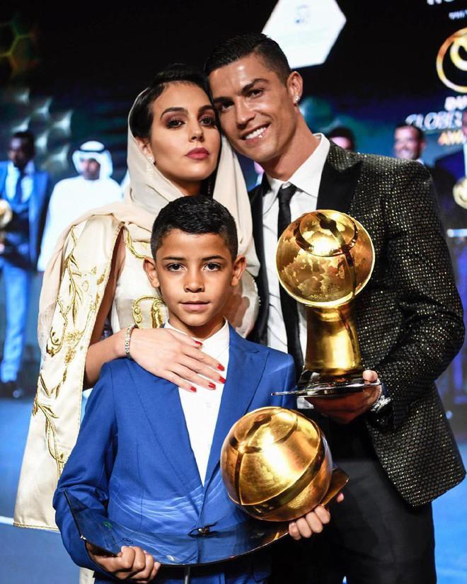 Cô gái vàng trong làng lọ lem đời thực: Mẫu 9x chiếm trọn trái tim, khối tài sản nửa tỷ đô của tay sát gái Ronaldo - Ảnh 1.