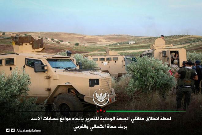 Mỹ bất ngờ tham chiến bằng tuyệt chiêu mới - QĐ Syria tháo chạy, bị phiến quân thu giữ nhiều vũ khí - Ảnh 11.