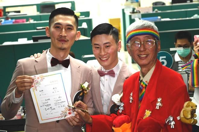 Đài Loan vừa hợp pháp hóa hôn nhân đồng tính đã có ngay 2 nam thần cầm tay nhau đến đăng ký kết hôn - Ảnh 1.