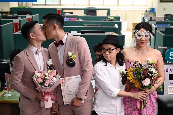 Đài Loan vừa hợp pháp hóa hôn nhân đồng tính đã có ngay 2 nam thần cầm tay nhau đến đăng ký kết hôn - Ảnh 2.