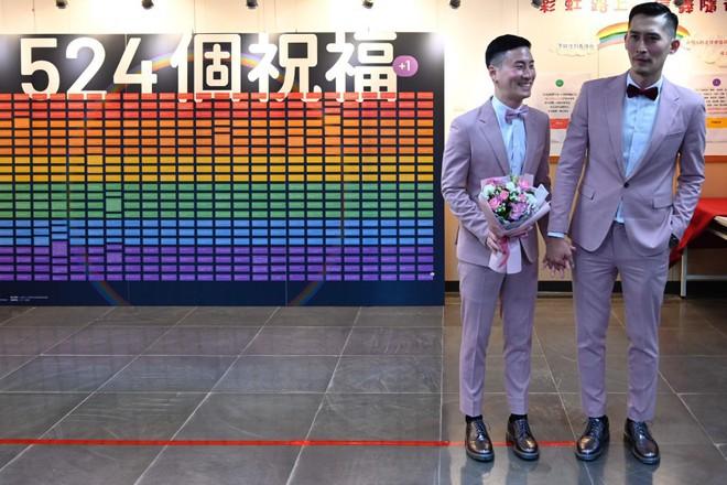 Đài Loan vừa hợp pháp hóa hôn nhân đồng tính đã có ngay 2 nam thần cầm tay nhau đến đăng ký kết hôn - Ảnh 3.
