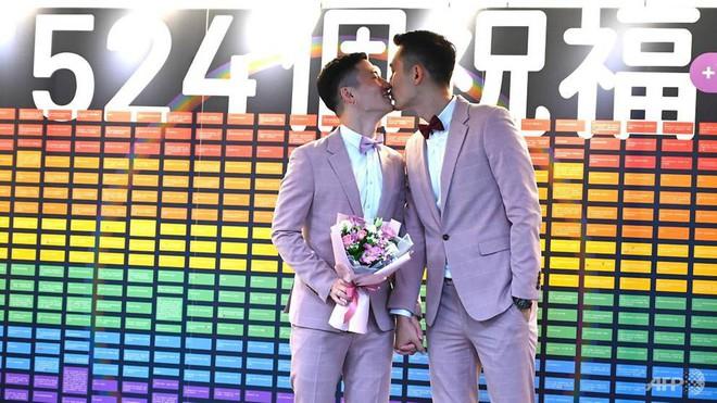 Đài Loan vừa hợp pháp hóa hôn nhân đồng tính đã có ngay 2 nam thần cầm tay nhau đến đăng ký kết hôn - Ảnh 4.
