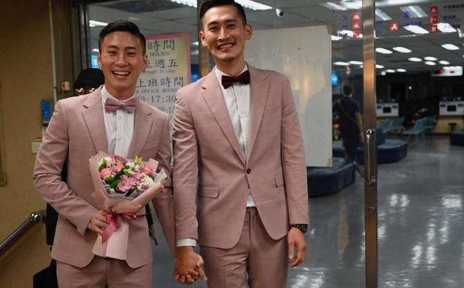 Đài Loan vừa hợp pháp hóa hôn nhân đồng tính đã có ngay 2 'nam thần' cầm tay nhau đến đăng ký kết hôn