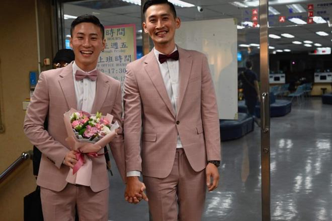 Đài Loan vừa hợp pháp hóa hôn nhân đồng tính đã có ngay 2 nam thần cầm tay nhau đến đăng ký kết hôn - Ảnh 5.