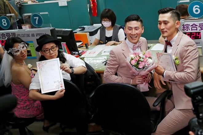 Đài Loan vừa hợp pháp hóa hôn nhân đồng tính đã có ngay 2 nam thần cầm tay nhau đến đăng ký kết hôn - Ảnh 6.