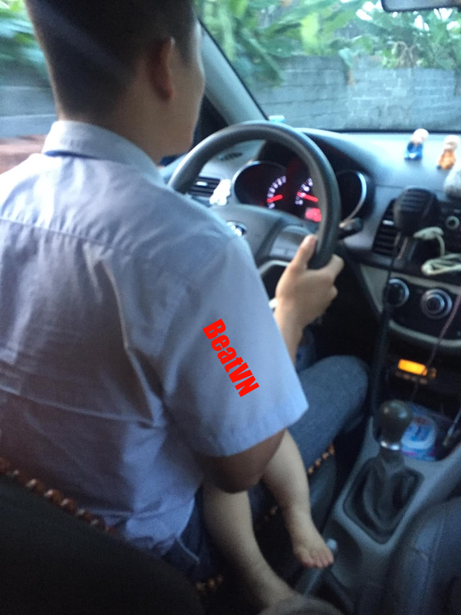 Tài xế taxi ôm con đi làm và hình ảnh đứa bé ngủ say trong lòng bố gây xúc động - Ảnh 2.