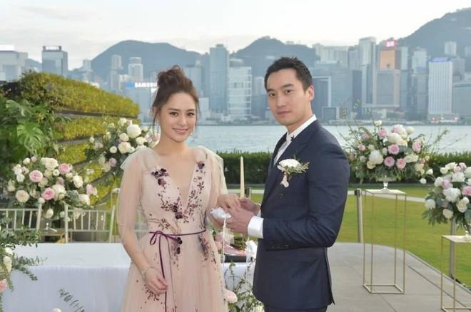 Kết hôn chưa được nửa năm, Chung Hân Đồng đã sống ly thân với chồng bác sĩ? - Ảnh 1.