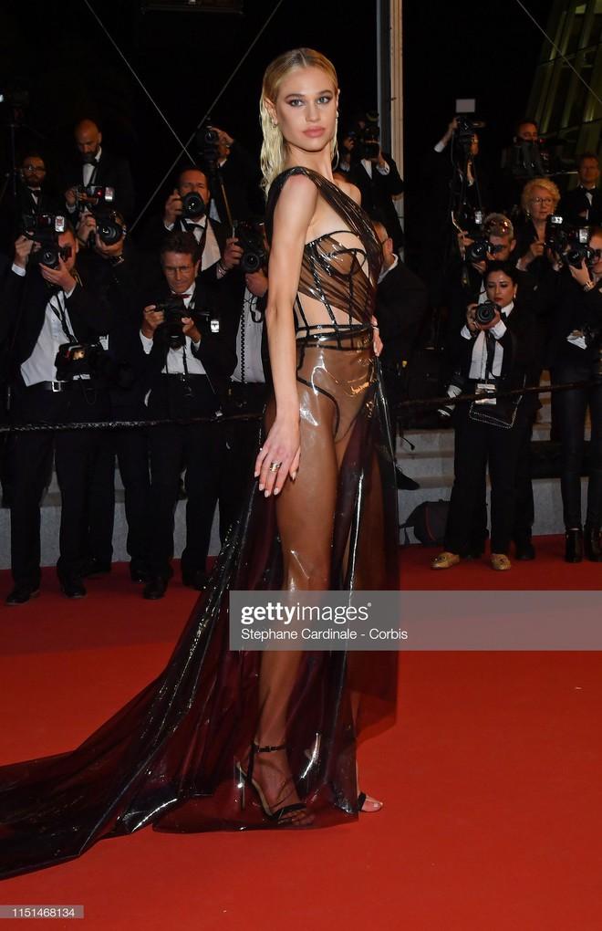 Thảm đỏ LHP Cannes ngày 11: Lại xuất hiện đối thủ hở bạo giống Ngọc Trinh, mải diễn mà chẳng ai đoái hoài - Ảnh 1.