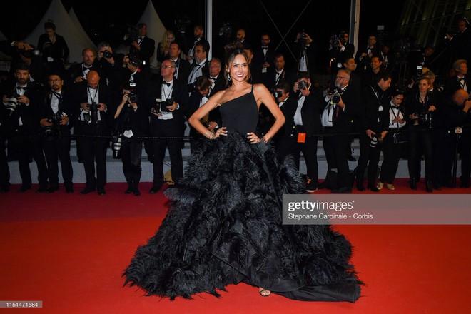 Thảm đỏ LHP Cannes ngày 11: Lại xuất hiện đối thủ hở bạo giống Ngọc Trinh, mải diễn mà chẳng ai đoái hoài - Ảnh 13.