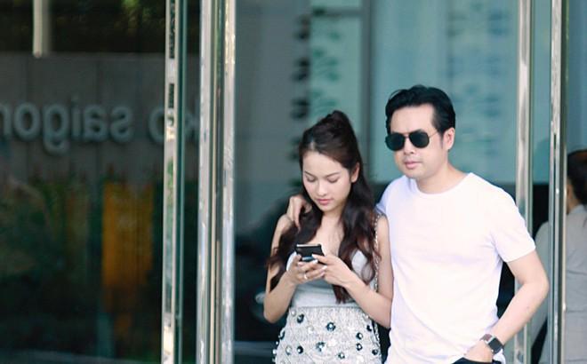 Hot: Dương Khắc Linh cùng vợ sắp cưới khoác vai, công khai ôm hôn tình tứ trước ngày lên xe hoa