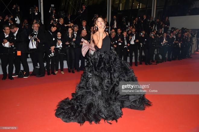 Thảm đỏ LHP Cannes ngày 11: Lại xuất hiện đối thủ hở bạo giống Ngọc Trinh, mải diễn mà chẳng ai đoái hoài - Ảnh 14.