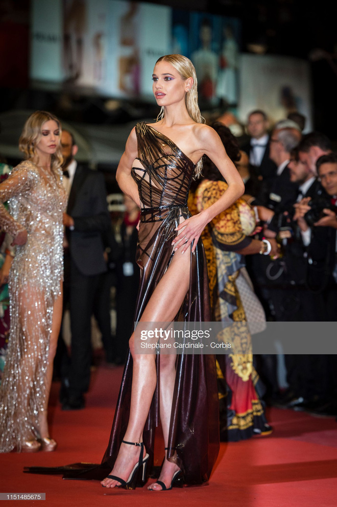 Thảm đỏ LHP Cannes ngày 11: Lại xuất hiện đối thủ hở bạo giống Ngọc Trinh, mải diễn mà chẳng ai đoái hoài - Ảnh 3.